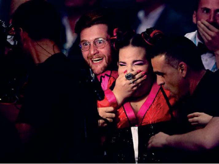 Hin ísraelska Netta fagnar úrslitum í Eurovision um helgina.