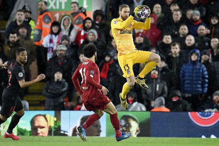 Jan Oblak i leik með Atletico Madrid á móti Liverpool í Meistaradeildinni. Hann er hér á undan Mohamed Salah í boltann.