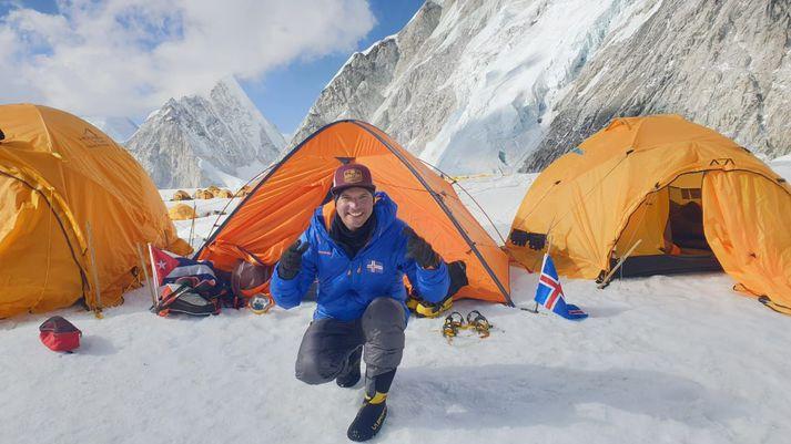 Yandy með íslenska og kúbverska fánann á Everest.
