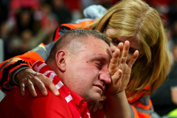 Þessi stuðningsmaður Liverpool tók tapinu í Barcelona illa. Hann tengist fréttinni þó ekki neitt og gat tekið gleði sína eftir 4-0 sigur á Anfield viku síðar.