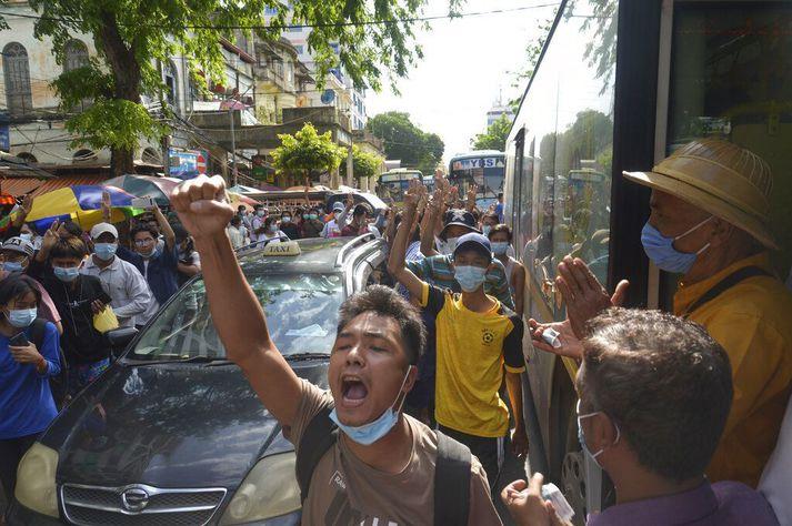 Mótmælt í Yangon.