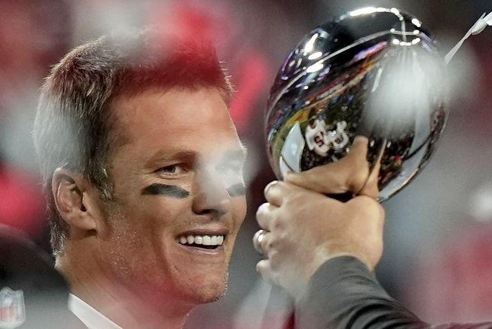 Tom Brady fagnar með Vince Lombardi bikarinn eftir sigur Tampa Bay Buccaneers í Super Bowl leiknum á sunnudagskvöldið.