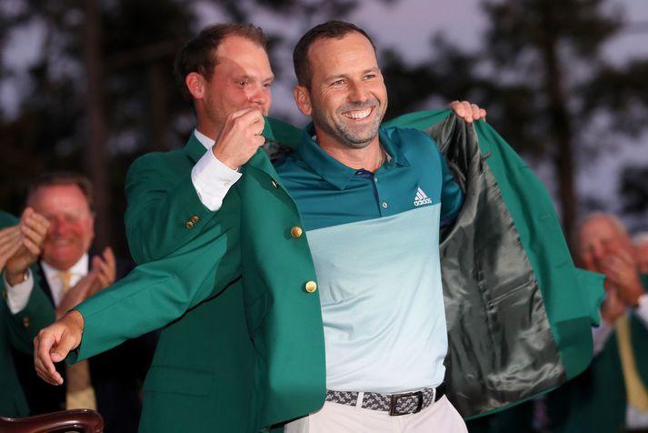 Sergio García klæddur í græna jakkann eins og siður er með sigurvegara Masters mótsins í golfi.