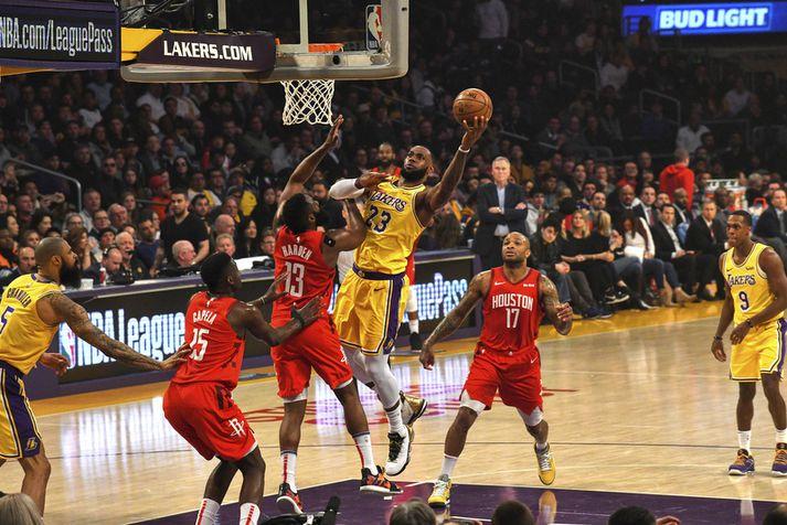 LeBron James með boltann í vinstri.