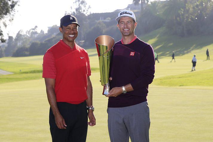 Adam Scott fagnar sigri á Genesis Invitational. Hér er hann með Tiger Woods sem endaði í neðsta sætið.