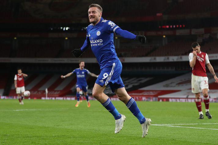 Jamie Vardy fagnar sigurmarki Leicester á móti Arsenal í gær.