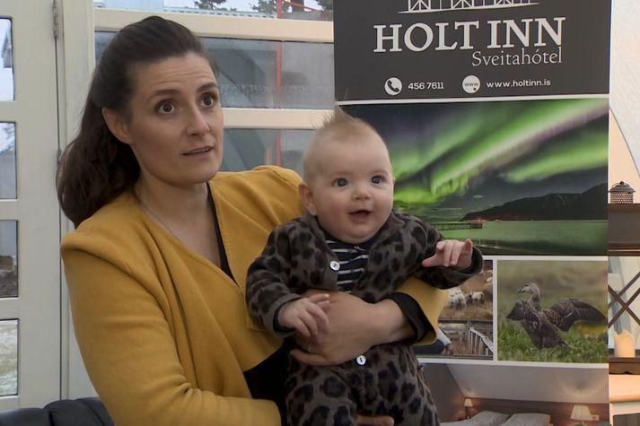 Hólmfríður Bóasdóttir hótelstjóri með soninn Bóas Ásvald Kristjánsson í fanginu.