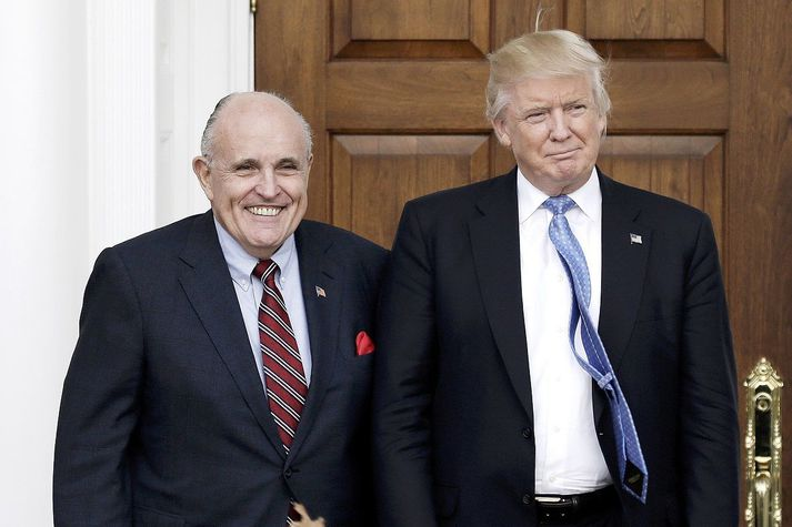 Leyniþjónustan varaði Trump við því að Rússar notuðu Rudy Giuliani, persónulegan lögmann hans, (t.v.) til að koma fölskum upplýsingum í umferð.
