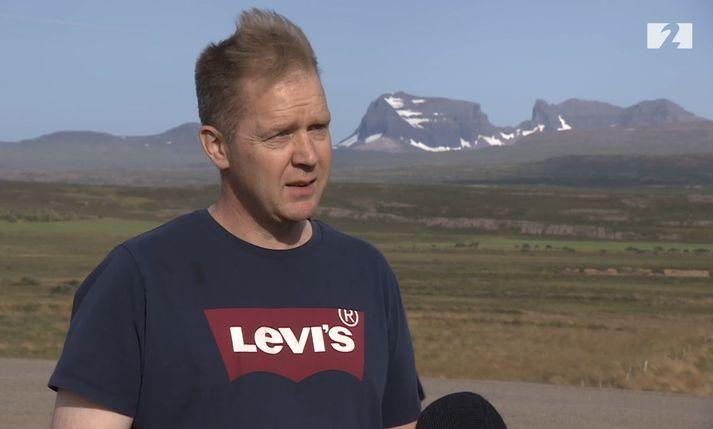Viðar Hauksson er verkefnisstjóri Héraðsverks í Borgarfjarðarvegi. Dyrfjöll í baksýn.