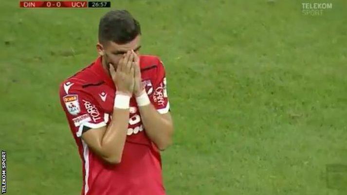 Mihai Popescu, varnarmaður Dinamo Búkarest, fylgist áhyggjufullur með afdrifum knattspyrnustjóra síns.