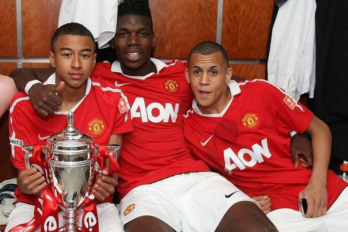 Ravel Morrison með þeim Jesse Lingard og Paul Pogba eftir að átján ára lið Manchester United varð meistari.