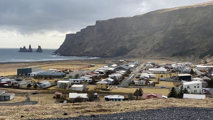 Frá Vík í Mýrdal en eldsvoðinn kom upp á bæ í hreppnum. Allt tiltækt slökkvilið í Vík var kallað út vegna eldsins.