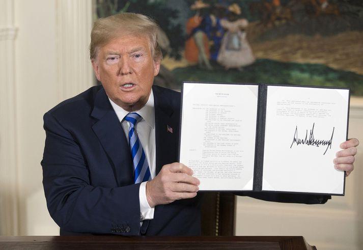 Trump þegar hann rifti kjarnorkusamningnum við Íran með forsetatilskipun í maí í fyrra.