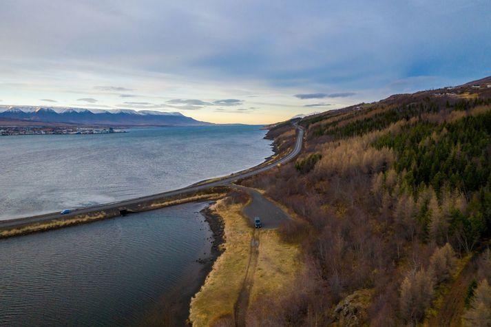 Baðstaðurinn fyrirhugaði verður á svæðinu sem sést hér. Þjóðvegur 1 og Akureyri sjást einnig.