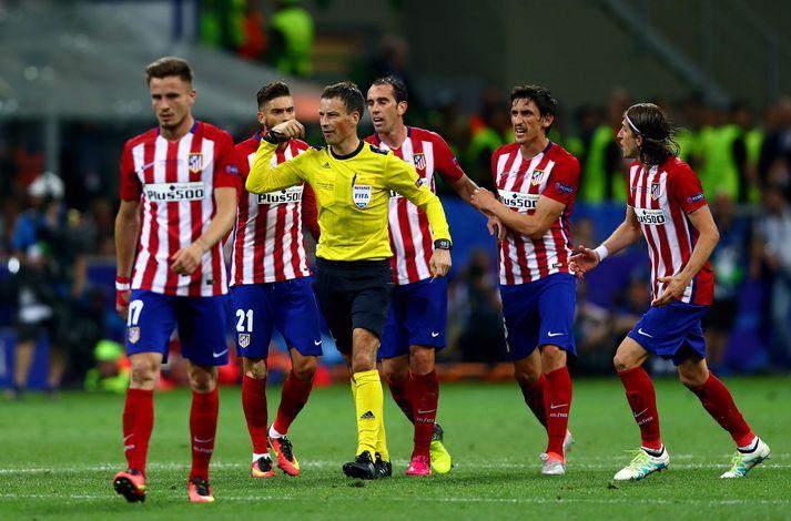 Ósáttir leikmenn Atlético Madrid hópast að Mark Clattenburg í úrslitaleik Meistaradeildar Evrópu fyrir fjórum árum.