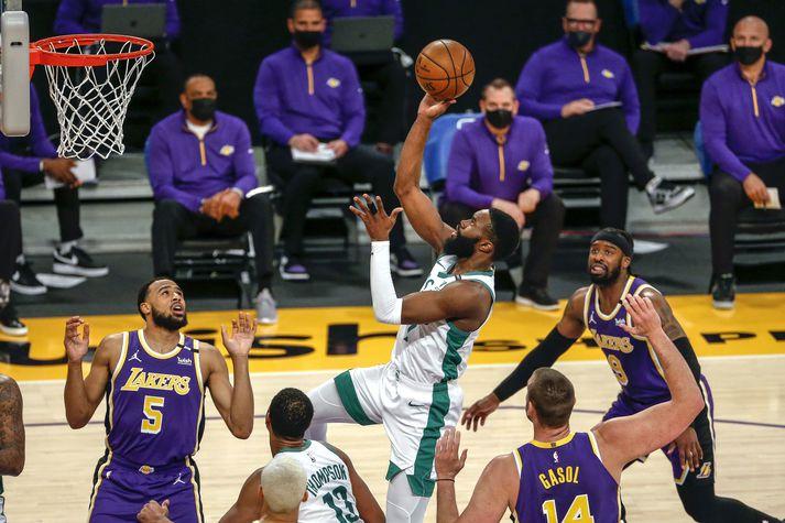 Leikmenn Los Angeles Lakers réðu ekkert við Jaylen Brown.