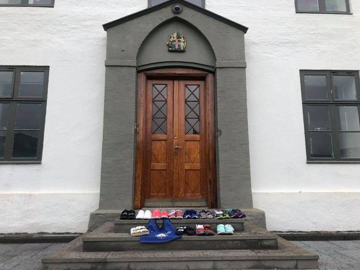 Skór ljósmæðra á tröppum Stjórnarráðshússins