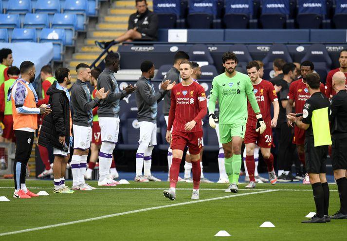 Leikmenn Liverpool labba inn á völlinn í kvöld.