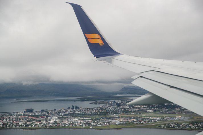 Vél Icelandair flýgur hér yfir Reykjavík.