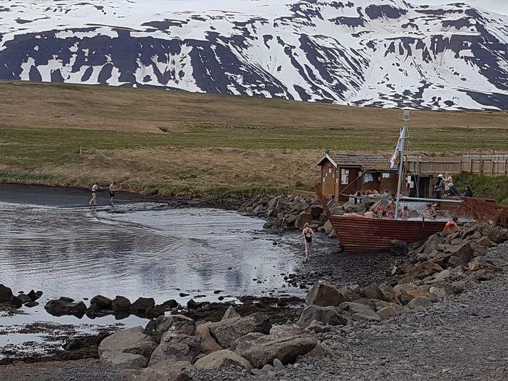 Heitu pottarnir við Hauganes hafa verið vel sóttir.
