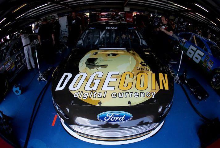 Samfélag dogecoin-eigenda styrktu ökumann í NASCAR-kappakstrinum. Auglýsingin skartaði shiba inu-hundinum úr netminni.