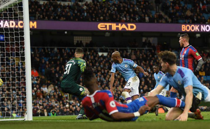 Fernandinho skorar sjálfsmarkið sem tryggði Crystal Palace stig gegn Manchester City.