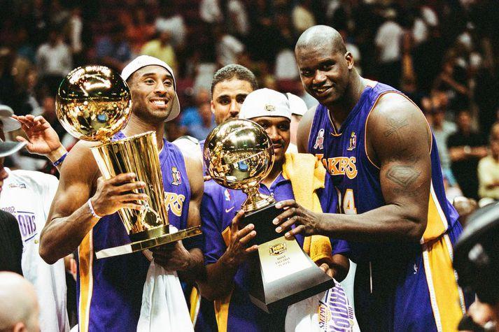 Kobe Bryant og Shaquille O'Neal fagna NBA titli saman vorið 2002.