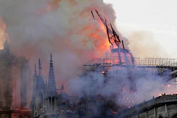 Notre Dame kirkjan í París brennur.