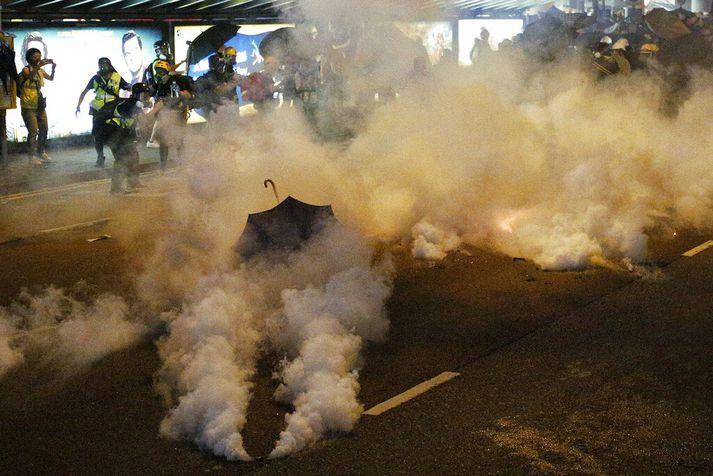 Lögreglan beitir mótmælendur í Hong Kong táragasi.