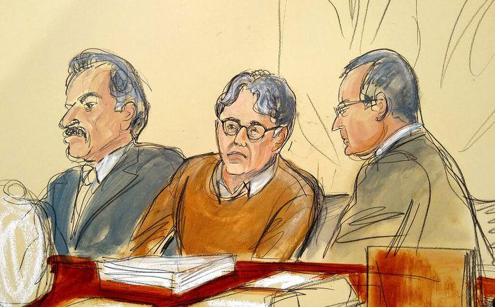 Keith Raniere og verjendur hans líkt og teiknari AP sá þá fyrir sér í dómsal.