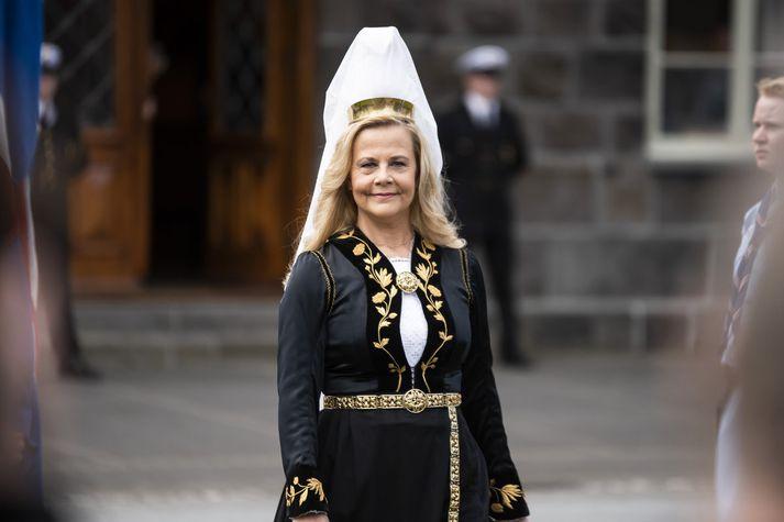 Sigrún Edda fjallkona á leið í ræðustól að flytja ljóð á Austurvelli 17. júní síðastliðinn.