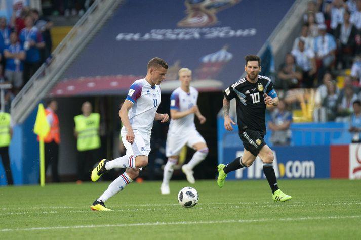 Lionel Messi eltist við Alfreð í Moskvu síðasta sumar.