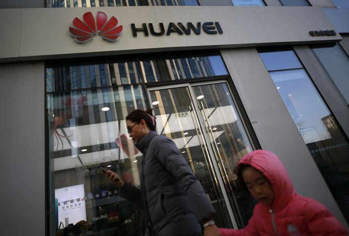 Verslun Huawei í Peking. Huawei er næstsöluhæsti framleiðandi snjallsíma á heimsvísu á eftir Samsung en fyrirtækið náði öðru sætinu af Apple í júní fyrra.