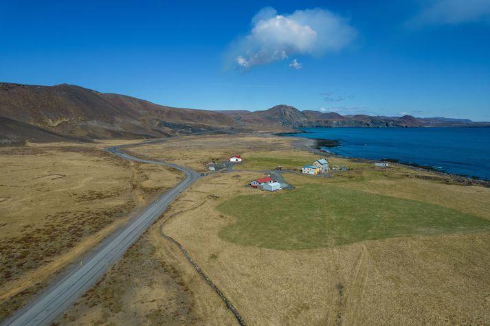 Jörðin Hraun er austan við Grindavík. Eldgosið í Fagradalsfjalli er í landi hennar. Bólstrarnir á himninum eru frá eldstöðinni.