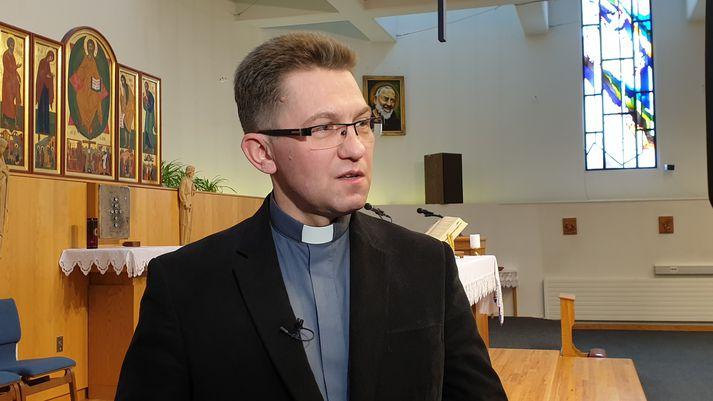 Séra Grzegorz Adamiak hefur starfað sem prestur á Íslandi síðan 2014