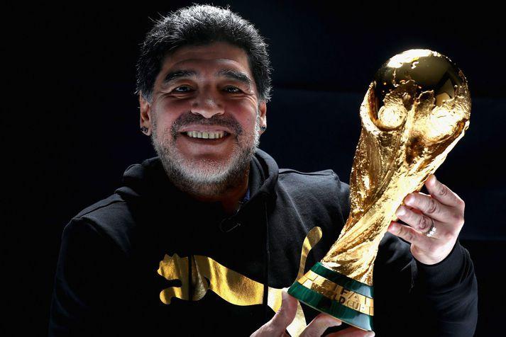 Diego Maradona með heimsbikarinn sem hann var á svo eftirminnilegan hátt með argentínska landsliðinu á HM í Mexíkó 1986.