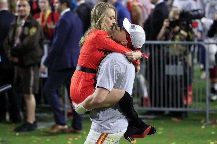 Patrick Mahomes og Brittany Matthews fagna eftir að Kansas City Chiefs vann Super Bowl í fyrra.