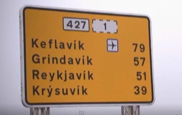 Einn slasaðist þegar bíll valt á Suðurstrandarvegi um hálf eitt leytið í dag.