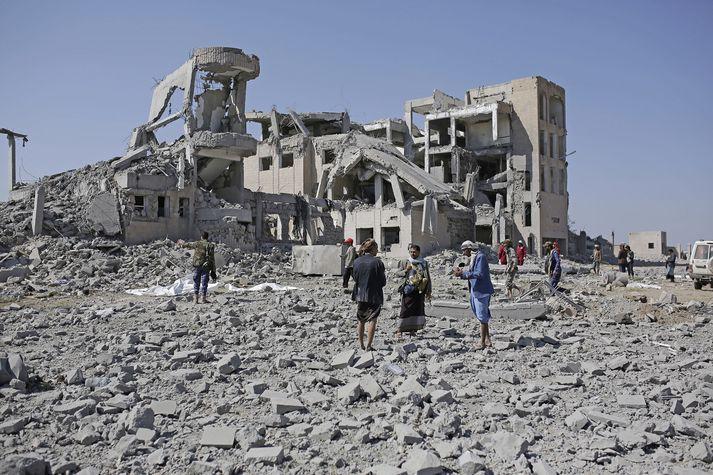 Þúsundir hafa fallið í loftárásum í Jemen.