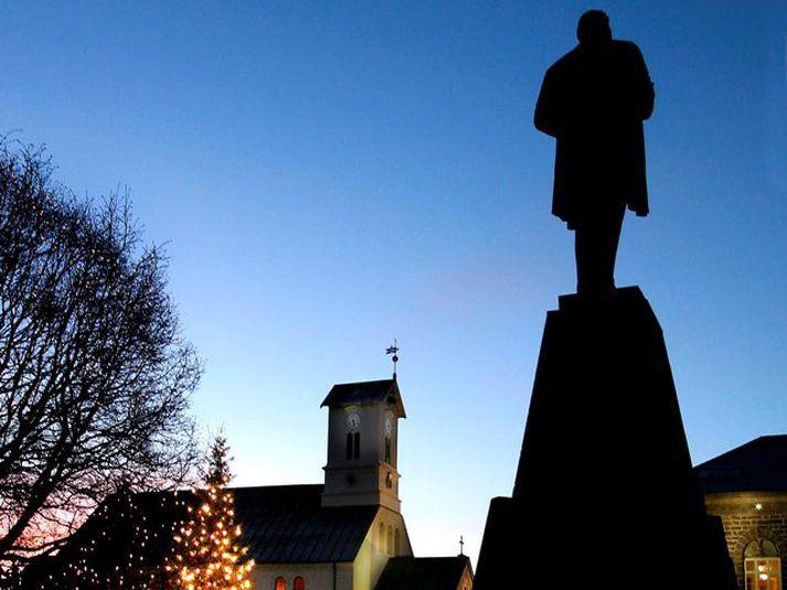 Átökin eru sögð hafa átt sér stað fyrir framan styttuna af Jóni Sigurðssyni á Austurvelli um fimm leytið í morgun.