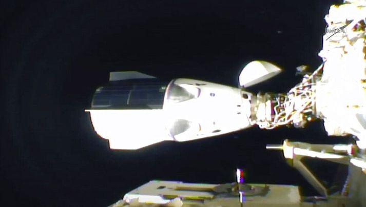Dragon-geimferja SpaceX leggst að Alþjóðlegu geimstöðinni í nótt.