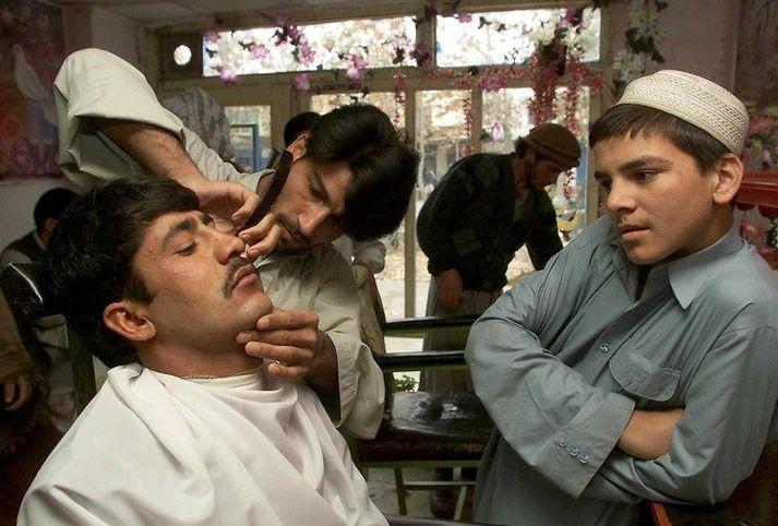 Nú mega afganskir karlmenn ekki lengur láta raka af sér skeggið. Það þarf vart að taka það fram að myndin er gömul.