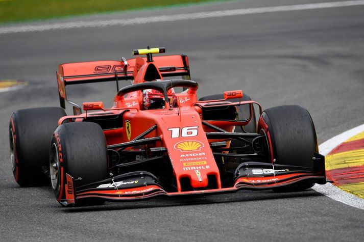 Charles Leclerc um borð í Ferrari Formúlu 1 bílnum.