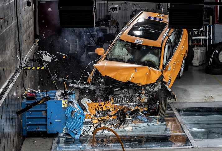 Volvo XC 90-bifreið í árekstursprófi.