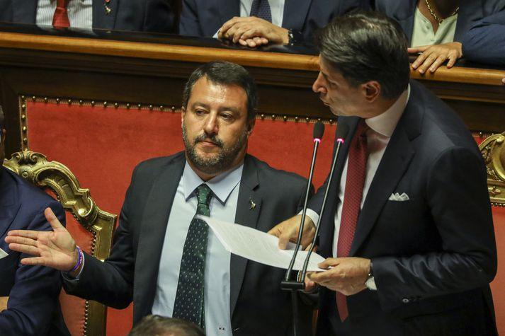 Conte í ræðustól en Salvini lætur sér fátt um finnast.