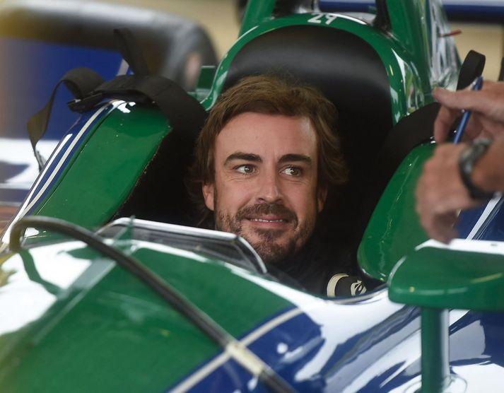 Alonso virtist glaður í bragði í Honda-bíl Andretti-liðsins í gær.