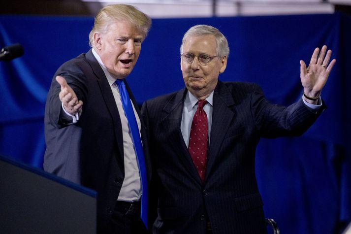 Mitch McConnell (t.h.) ásamt Donald Trump Bandaríkjaforseta.