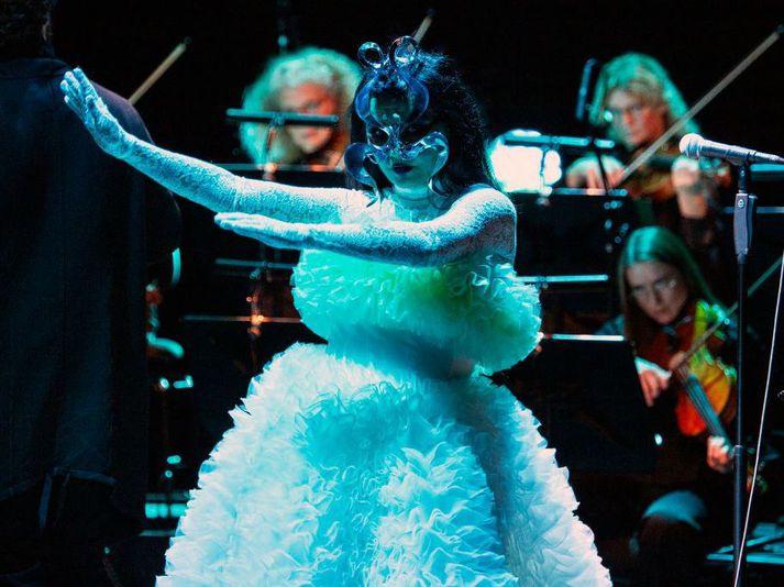 Björk hélt sína fyrstu tónleika af fjórum í tónleikaseríunni Björk Orkestral í Eldborg í Hörpu í gær. Tónleikarnir voru hennar fyrstu á Íslandi í þrjú ár.