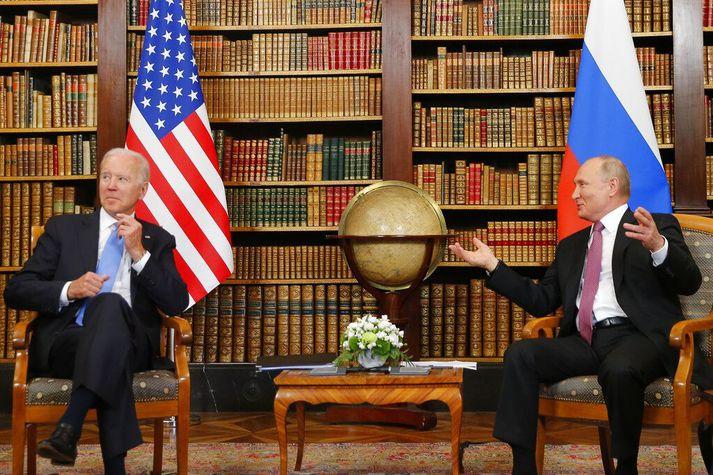 Biden og Pútín sitja fyrir myndum í sveitasetri nærri Genf þar sem þeir funduðu í dag.