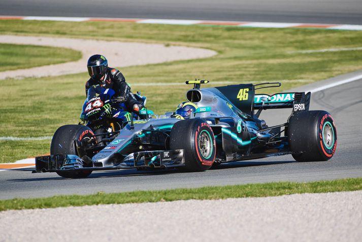 Rossi og Hamilton á brautinni saman.